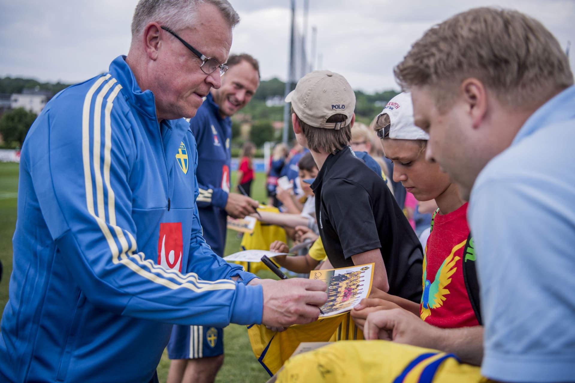 infšr vm 2018 i ryssland. svenska landslaget trŠnar. jan andersson janne, fotbollstrŠnare sverige fšrbundskapten, skriver autografer